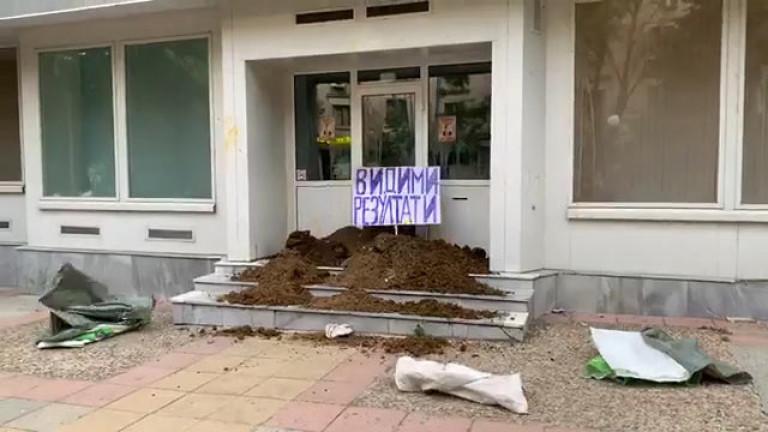 С животинска тор и боклуци са засипани стълбите пред офиса