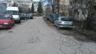 Автосервиз тормози граждани в комплекса на слепите във Варна