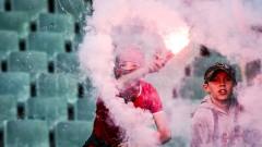 Нова глупост: Деца палят димки на Левски - ЦСКА