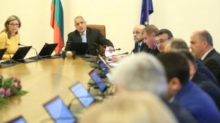 Правителството отива на място за фалита в УНСС