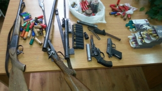 Две пушки, пистолет и револвер откри МВР в барака в Приморско