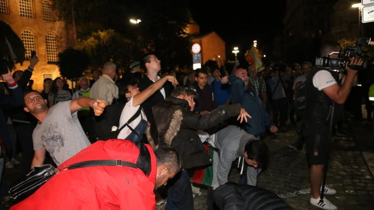 Протестът, ден 79: Сблъсъци пред БНТ, искат и оставката на Фандъкова