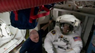 """Двама американски астронавти започват 6,5-часова космическа """"разходка"""""""