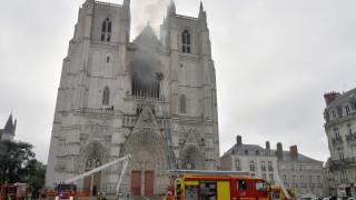 Полицията освободи задържания за палежа на катедралата в Нант
