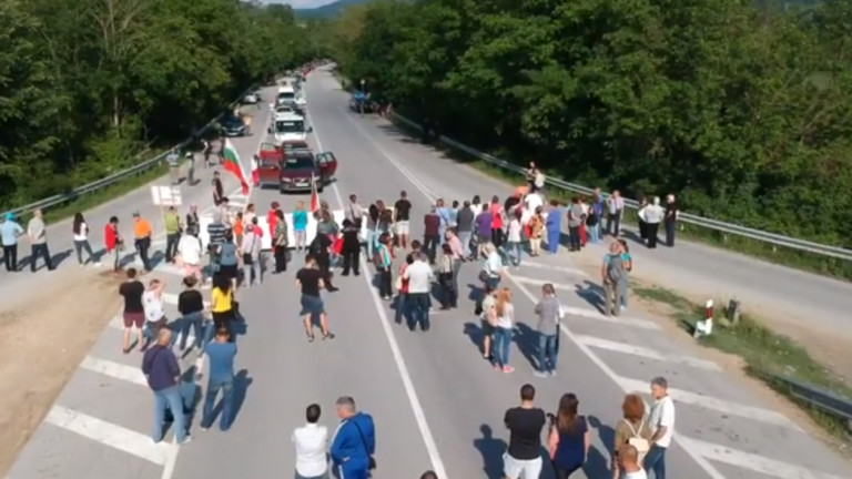 Поредна блокада на пътя Варна-Бургас заради чумата по свинете