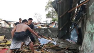 Тайфун уби 16 души и евакуиа хиляди във Филипините