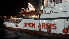 """Мигрантите от кораба """"Open Arms"""" слязоха на о. Лампедуза"""