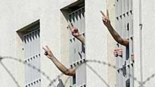 Затворници се сбиха и подпалиха руски затвор
