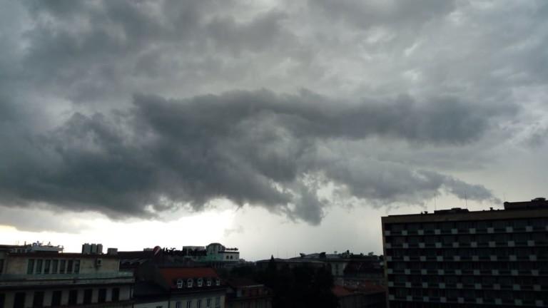 Мощна буря връхлетя София с пороен дъжд и силен вятър.