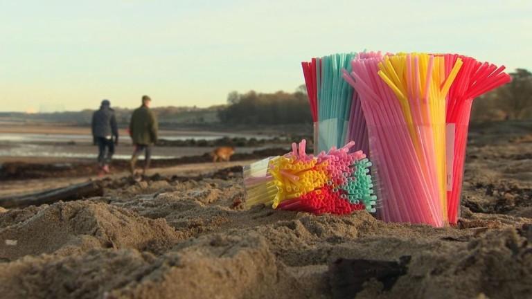 Докато все повече държави и компании се отказват от пластмасовите