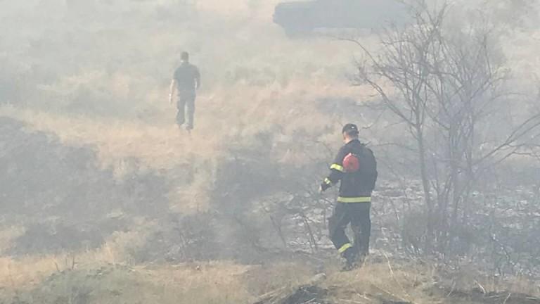 Огънят в санданското село Петрово се разгоря отново, съобщи БНТ.