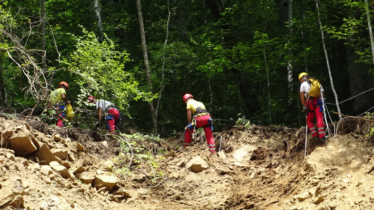 Обрушват скатовете на скалите по пътя Асеновград - Хвойна. Трафикът
