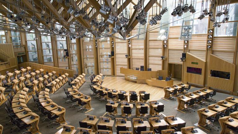Евакуираха част от шотландския парламент след откриването на три подозрителни