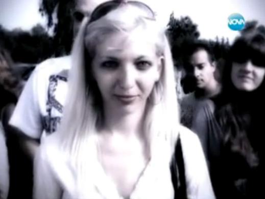 Луда блондинка се преби на сцената на X Factor (видео)