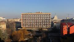 """Столичната управа засега изчаква с реновирането пред хотел """"Рила"""""""