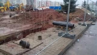 Строеж на къща превзе тротоар и част от улица в Стария Пловдив