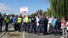 """Протестиращи блокираха кръговото между Е-79 и АМ """"Струма"""""""