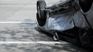 Кола се обърна по таван на натоварен булевард във Враца