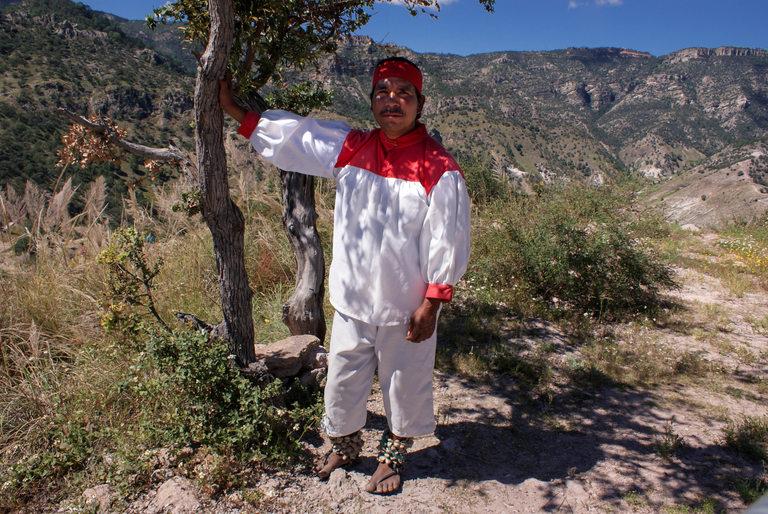 Мъж от племето, облечен в традиционна носия и сандали.