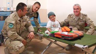 Наши военни дариха болни деца от Кабул