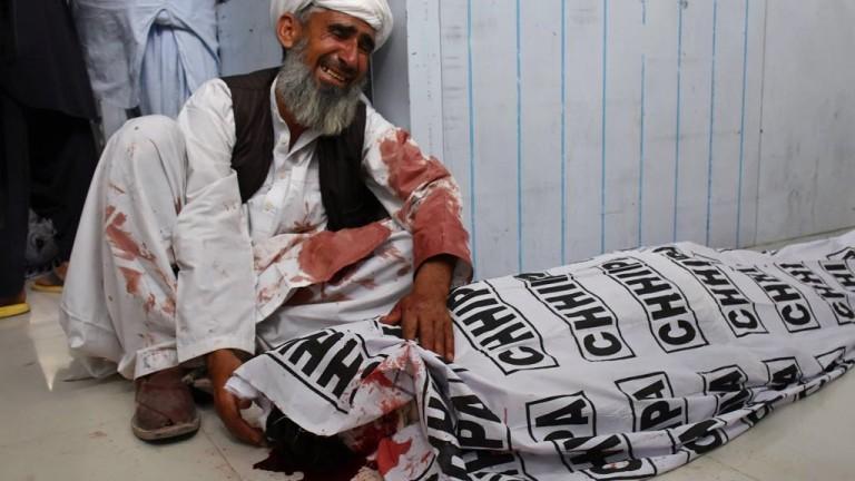 Нов кървав атентат разтърси Пакистан, предаде АП. Най-малко 128 загинаха