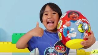 8-годишното момче, което спечели $26 милиона от YouTube за една година