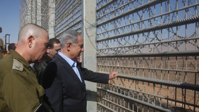 Израел вдига стена по границата си с Ливан