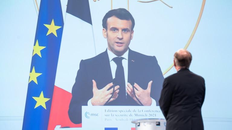 Рейтингът на френския президент Еманюел Макрон остава почти стабилен през