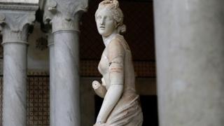 Непохватен сервитьор потроши древна статуя на Венера