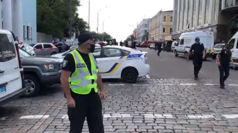 Предполагаемо въоръжен мъж, взе заложник в банков офис в украинската