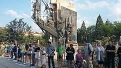 Художници с жива верига бранят паметника пред НДК
