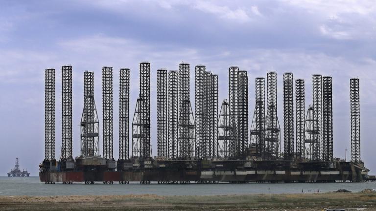 Защо третият по големина производител на петрол в ОПЕК се превърна в проблем за картела