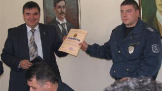 Наградиха петрички полицаи, отказали €10 000 подкуп
