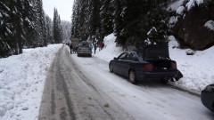 Неподготвени за зимата коли блокираха пътя към Пампорово
