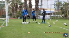 Нестандартна тренировка на плажа за вратарите на Левски