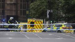 Кола се заби в британския парламент при терористична атака