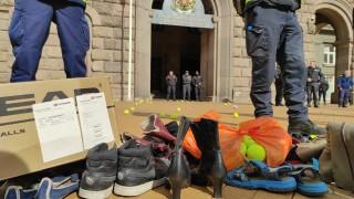 Граждани протестират с изтъркани маратонки и топки за тенис пред МС