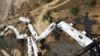 Влак с 200 000 литра сярна киселина дерайлира в Австралия