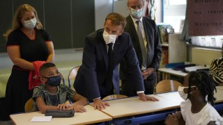 Макрон обеща милиони за справяне с престъпността и социалните проблеми в Марсилия