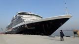 Круизни кораби продължават да плават с хиляди пътници и екипаж