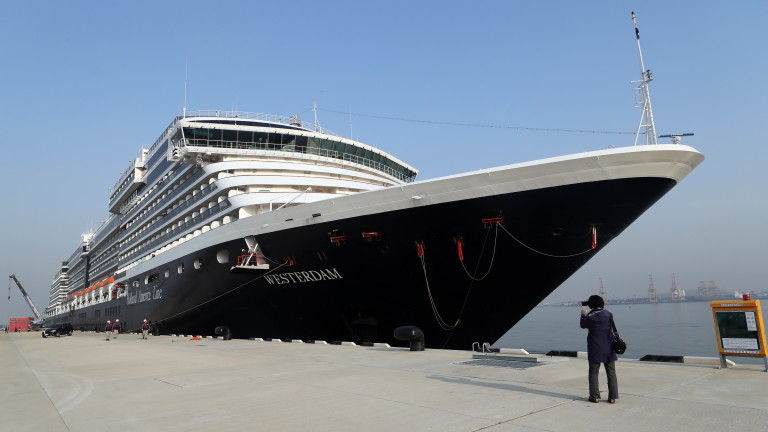 Повече от 2000 пасажери и екипаж бедстват на борда на
