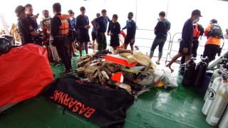 Откриха човешки останки след самолетната катастрофа в Индонезия