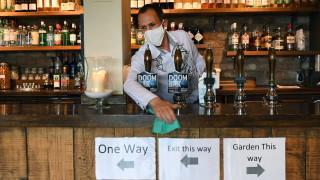 Англия отвори бирариите, хотелите, ресторантите, фризьорските салони, кината и музеите