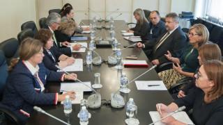 Захариева инициира среща по повод проблеми с консулските служби