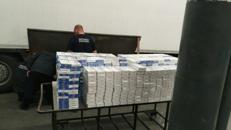 Задържаха над 50 000 контрабандни цигари в тайници на камиони