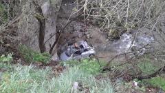 Кола падна в приток на Места, спасиха жена и дете