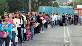 Хиляди венецуелци тръгнаха към Колумбия след отварянето на границата