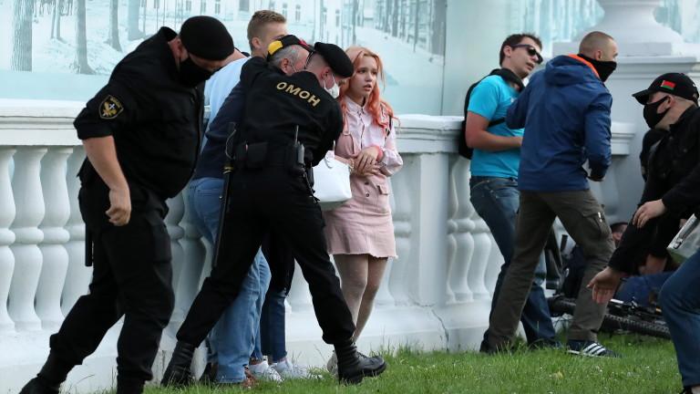 Полицията в Беларус е задържала най-малко 250 души по време