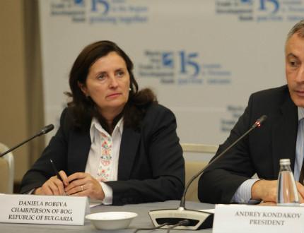 Вицепремиерът Бобева успокоява пострадалите от потопа и вложителите в КТБ