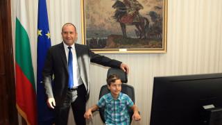 Радев отстъпи президентското кресло на народа